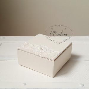 Coffret d'alliances { Dentelle de Calais } en toile ivoire, dentelle de Calais rebrodée de perles