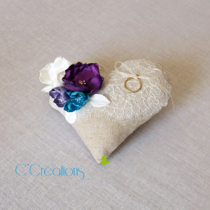Coussin { Mon coeur } en lin, dentelle de Chantilly, fleurs de satin ivoire, turquoise et prune