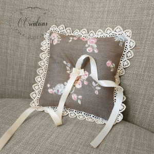 Coussin d'alliances { Bertille } en coton fleuri, dentelle et ruban de satin