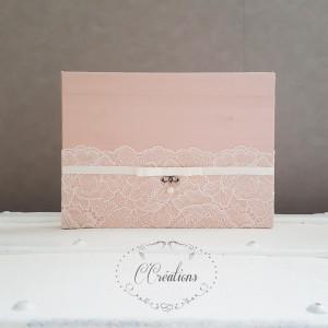 Livre d'or en Doupion de soie rose poudré et dentelle, ruban de satin, nœud argenté et perle nacrée