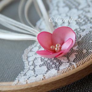 Porte-alliances Tambour en organza, dentelle ivoire et fleur satin rose
