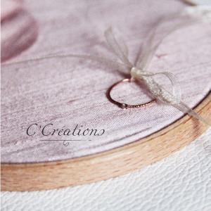 Porte Alliances Tambour, doupion de soie coloris rose, fleur artisanale en soie