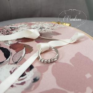 Porte Alliances rond, en bois et tissu fleuri satiné, ruban de satin ivoire