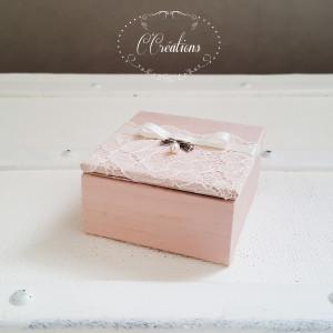Coffret d'alliances en Doupion de soie rose poudré et dentelle, ruban de satin, nœud argenté et perle nacrée