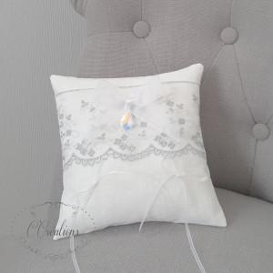 Coussin d'alliances en lin blanc, dentelle argent, pendentif cristal et ruban d'organza blanc