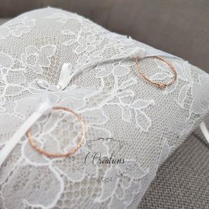 Coussin d'alliances { Lou } en dentelle de Chantilly coloris blanc, toile gris perle, ruban de satin et perle de cristal