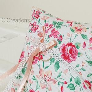 Coussin alliances mariage { Flora } coton fleuri, satin et dentelle