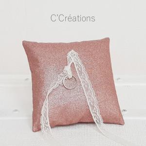 Coussin alliances mariage { Marylin }  coton pailleté rose poudré et dentelle