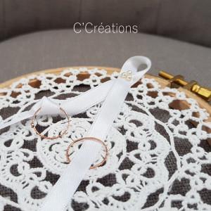 Porte Alliances en bois brut et dentelle crochetée, coloris blanc