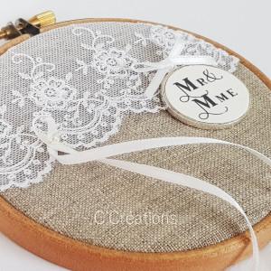 Porte-alliances Tambour { Mr & Mme } toile de lin, dentelle blanche et médaillon