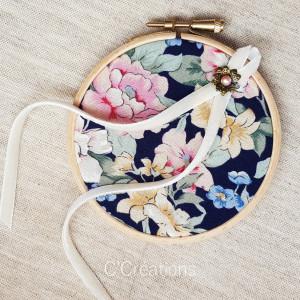 Porte-alliances Tambour { Hortense } coton fleuri marine, ruban de velours et fleur bronze