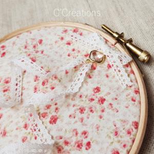 Porte-alliances Tambour { Elaïa } coton fleuri vintage, dentelle et cristal